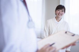 病院で働く人のポートレートの写真素材 [FYI00024048]