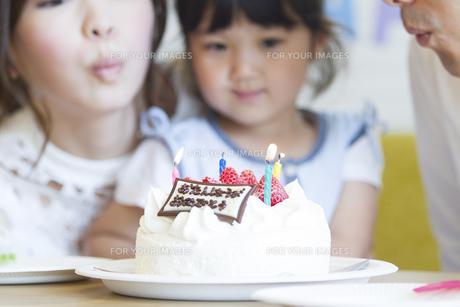 お誕生日を祝う家族の素材 [FYI00024049]