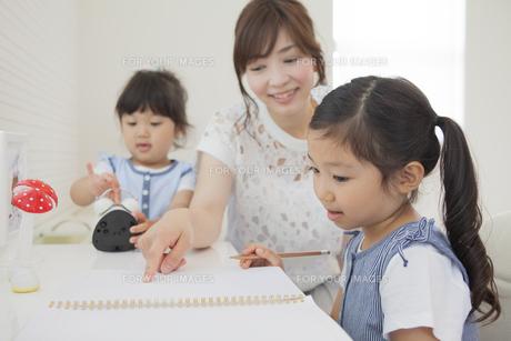 勉強を教えるお母さんの写真素材 [FYI00024064]