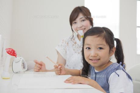 勉強を教えるお母さんの写真素材 [FYI00024065]