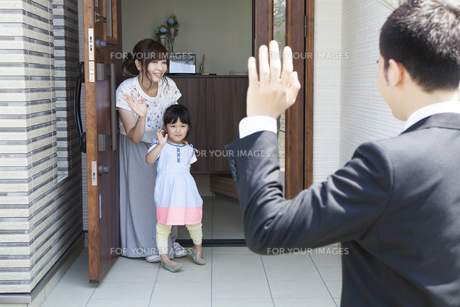 見送りをする家族の素材 [FYI00024078]