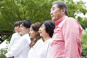 公園を歩く家族の写真素材 [FYI00024079]
