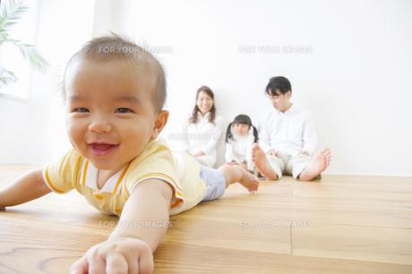 赤ちゃんを見守る家族の写真素材 [FYI00024082]