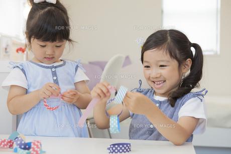家で遊ぶ女の子の素材 [FYI00024085]