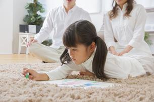 お絵描きをする娘の写真素材 [FYI00024088]