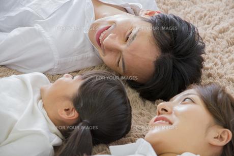 昼寝をする親子の素材 [FYI00024089]