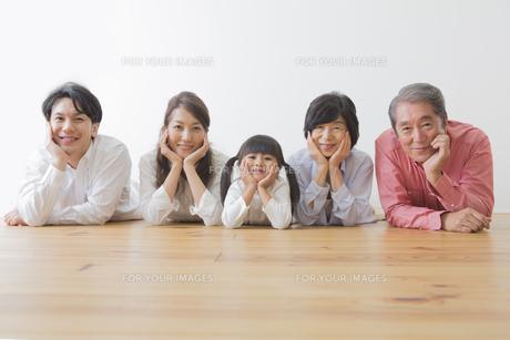 団欒する家族の写真素材 [FYI00024100]