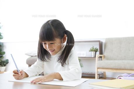 勉強をする女の子の写真素材 [FYI00024101]