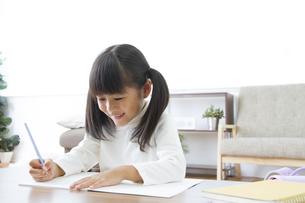 勉強をする女の子の素材 [FYI00024101]