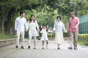 公園を歩く家族の写真素材 [FYI00024106]