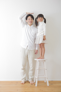 娘と遊ぶ父親の素材 [FYI00024108]