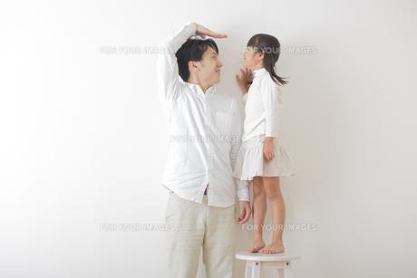 娘と遊ぶ父親の素材 [FYI00024114]