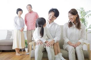 団欒する家族の写真素材 [FYI00024118]