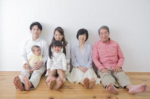 団欒する家族の写真素材 [FYI00024119]