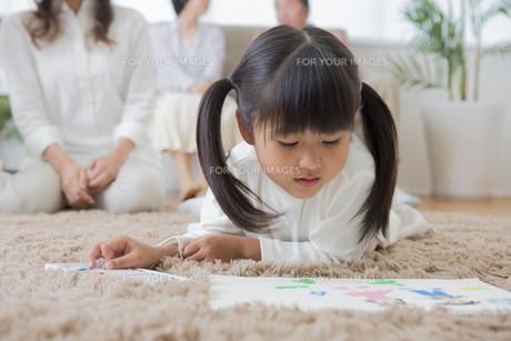 お絵描きをする娘の素材 [FYI00024121]