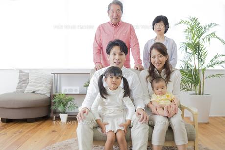 団欒する家族の写真素材 [FYI00024132]