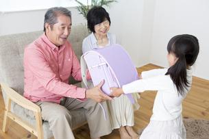 孫にプレゼントをする老夫婦の素材 [FYI00024133]