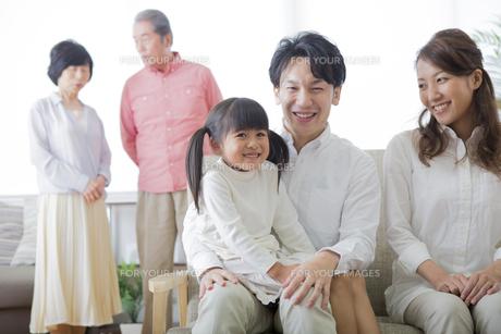 団欒する家族の素材 [FYI00024135]