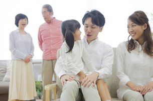 団欒する家族の写真素材 [FYI00024136]