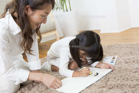 お絵描きをする娘の写真素材 [FYI00024139]