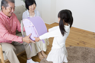 孫にプレゼントをする老夫婦の写真素材 [FYI00024143]