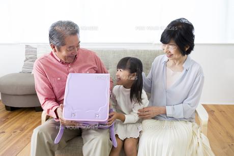 孫にプレゼントをする老夫婦の写真素材 [FYI00024148]