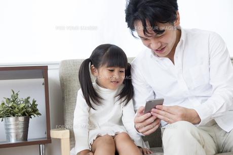 スマホを操作する親子の素材 [FYI00024152]
