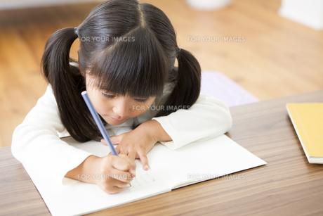 勉強をする女の子の素材 [FYI00024158]