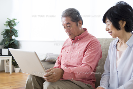 PCを操作する老夫婦の写真素材 [FYI00024160]