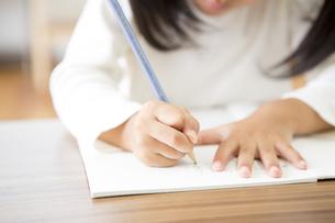 勉強をする女の子の写真素材 [FYI00024161]