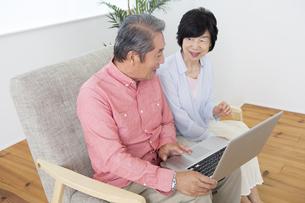PCを操作する老夫婦の写真素材 [FYI00024162]