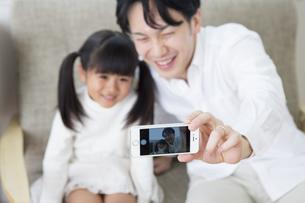 写真を撮る親子の写真素材 [FYI00024165]