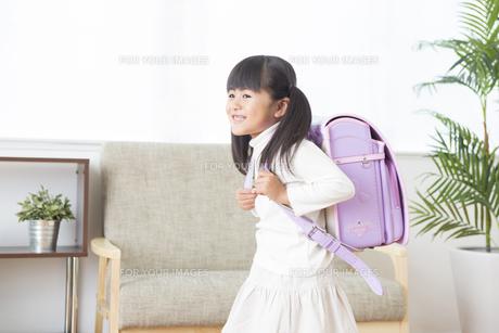 ランドセルを背負う女の子の素材 [FYI00024171]