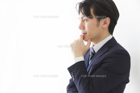 考えるビジネスマンの写真素材 [FYI00024185]