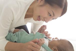 赤ちゃんを寝かしつける女性の素材 [FYI00024187]