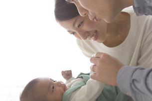 赤ちゃんをあやす夫婦の素材 [FYI00024195]