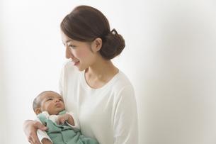 赤ちゃんをだっこする女性の写真素材 [FYI00024200]