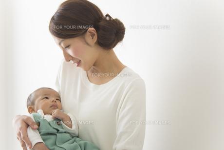 赤ちゃんをだっこする女性の素材 [FYI00024202]
