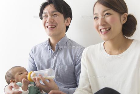 子供にミルクを飲ませる夫婦の素材 [FYI00024206]