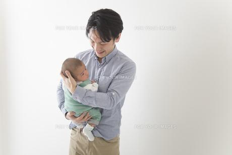 赤ちゃんをだっこする男性の素材 [FYI00024215]
