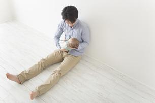 赤ちゃんをあやす男性の素材 [FYI00024218]