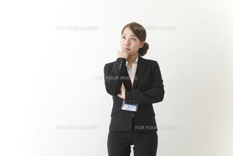 考える女性社員の素材 [FYI00024226]