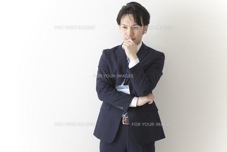 考えるビジネスマンの写真素材 [FYI00024248]