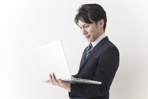 仕事をするビジネスマンの素材 [FYI00024256]