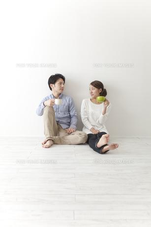 コーヒーを飲むカップルの素材 [FYI00024258]