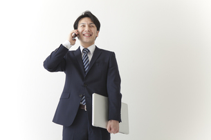 仕事をするビジネスマンの素材 [FYI00024262]