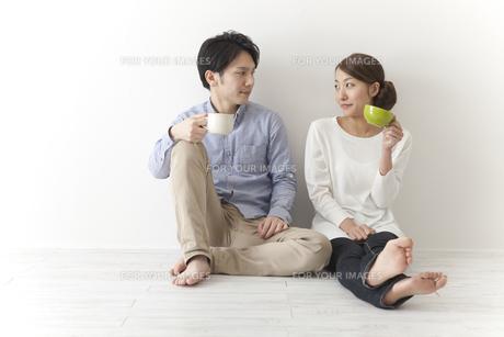 コーヒーを飲むカップルの素材 [FYI00024273]