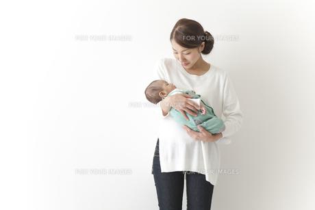 赤ちゃんをだっこする女性の素材 [FYI00024286]
