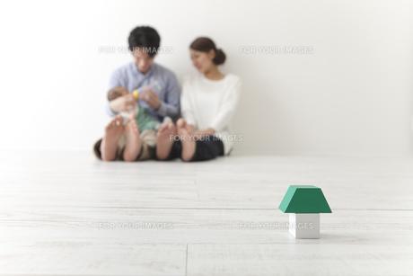 積み木と家族の写真素材 [FYI00024288]
