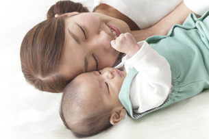 お母さんと寝る赤ちゃんの素材 [FYI00024291]